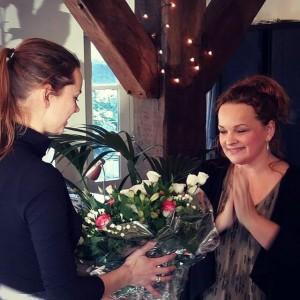 Liefdesexpert en singlescoach Vicky Kwaaitaal houdt een miniworkshop over speeddaten en netwerken tijdens de boekpresentatie van Marelle Boersma
